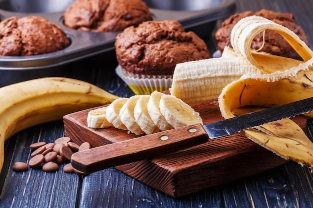 Muffins au chocolat à la banane sur noir