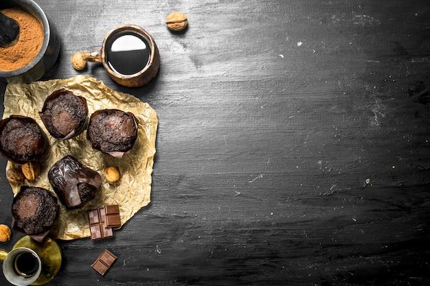 Muffins au chocolat avec café parfumé.