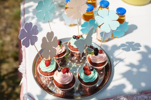 Muffins au chocolat décorés de crème et fraises et groseilles