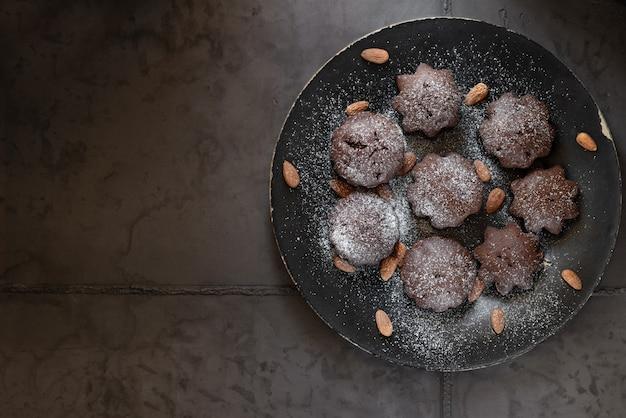 Muffins au chocolat dessert sur une plaque noire. fond béton gris