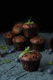 Muffins au chocolat faits maison avec des baies de bleuets et des gouttes de chocolat