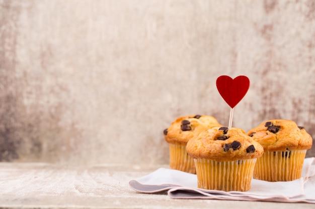Muffins au chocolat avec fond vintage coeur, mise au point sélective.