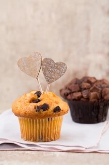 Muffins au chocolat avec fond vintage coeur, mise au point sélective