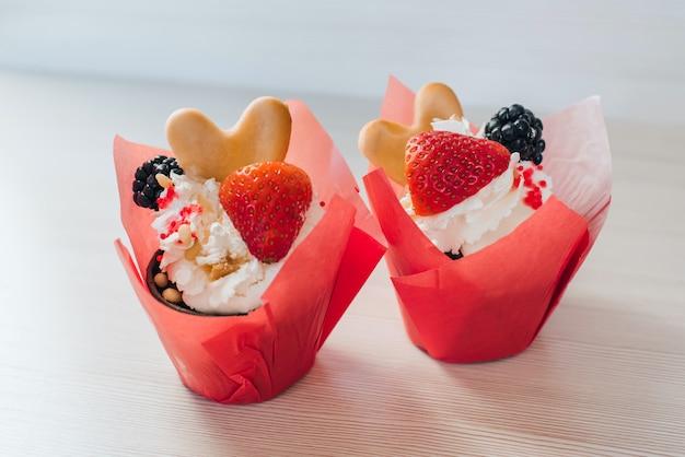 Muffins au chocolat avec fraises et baies de blackberry et crème douce