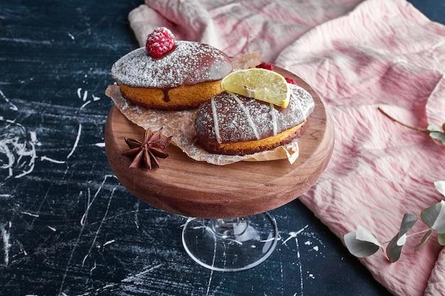 Muffins au chocolat avec framboise et citron.