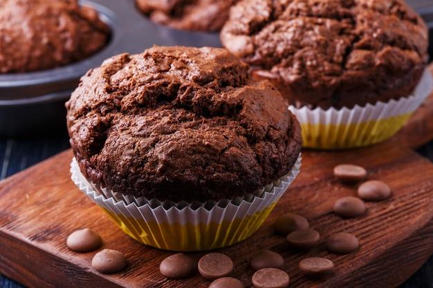 Muffins au chocolat avec des gouttes de chocolat sur noir