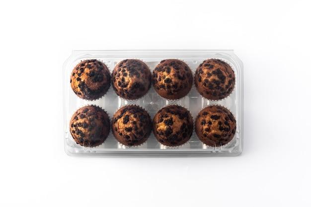 Muffins au chocolat juste cuits au four isolé sur fond blanc