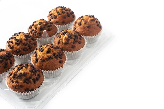 Muffins au chocolat juste cuits emballés isolé sur fond blanc