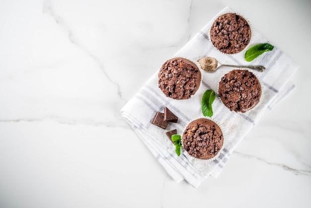 Muffins au chocolat et à la menthe faits maison avec thé à la menthe