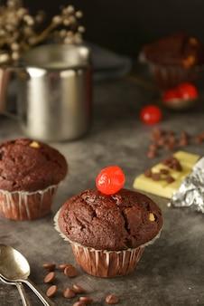 Muffins au chocolat sur noir