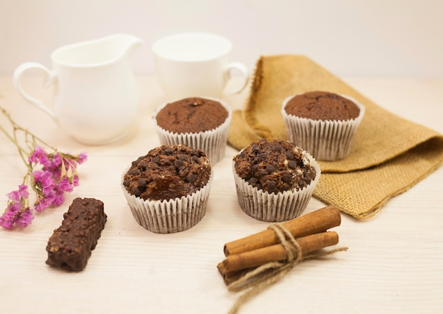 Muffins au chocolat avec des noix sur la table