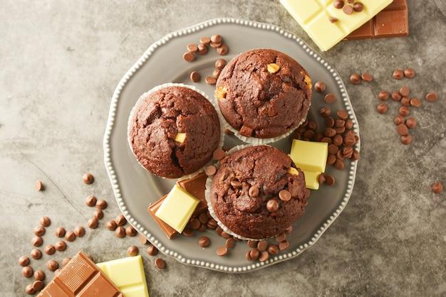 Muffins au chocolat avec pépites de chocolat isolés.