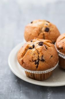 Muffins au chocolat sur plat blanc sur céramique