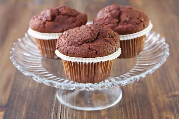 Muffins au chocolat sur plat sur un fond en bois marron