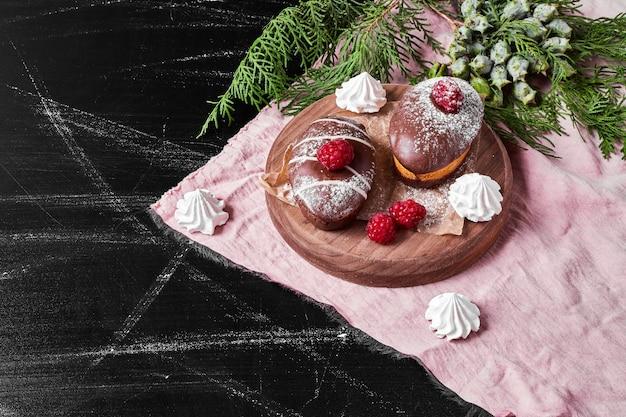 Muffins au chocolat sur un plateau en bois.
