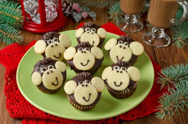 Muffins au chocolat singe. le symbole de la nouvelle année