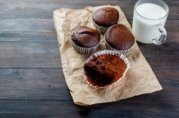 Muffins au chocolat et un verre de lait
