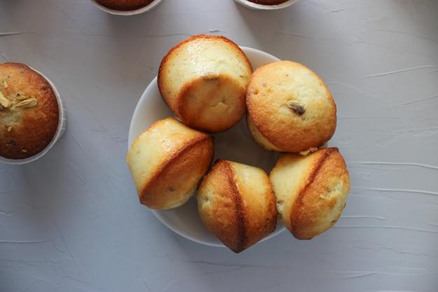 Muffins au citron saupoudrés de pistaches hachées.