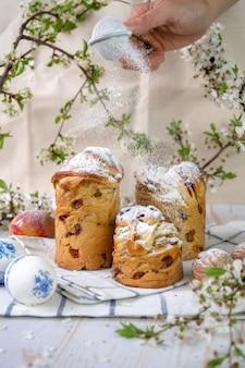 Muffins au gâteau de pâques avec la branche à fleurs de printemps sur l'arrière-plan