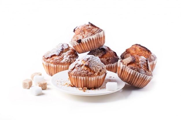 Muffins au sucre isolés sur blanc