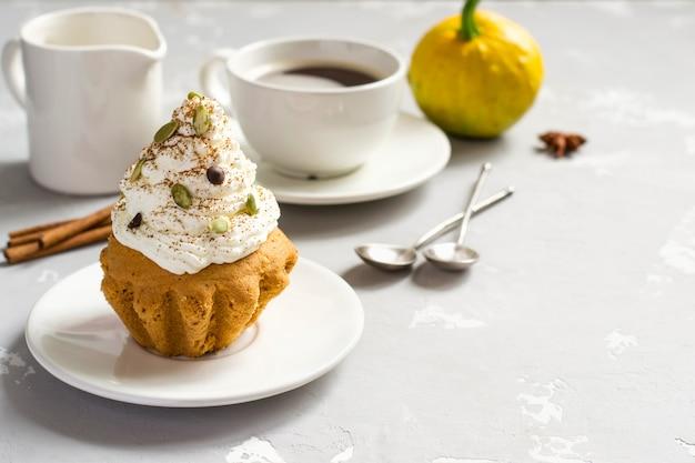 Muffins d'automne à la citrouille avec épices, gouttes de chocolat et citrouille