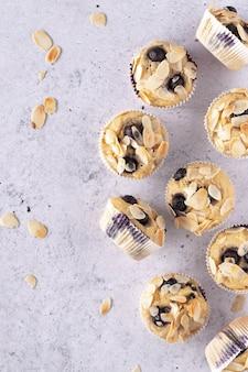 Muffins aux bleuets sur fond de béton