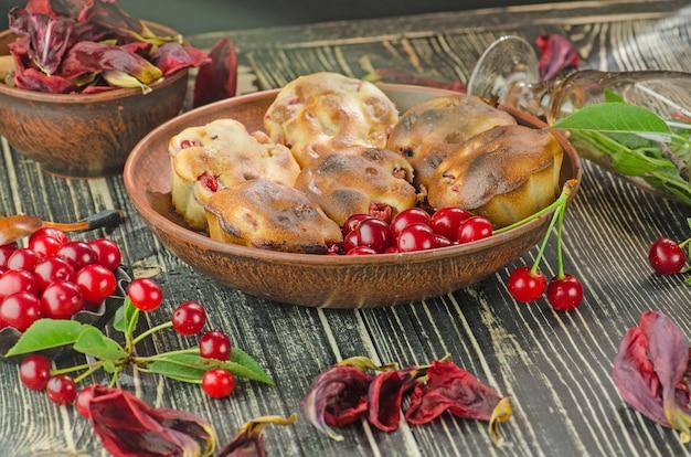 Muffins aux cerises fraîchement cuits