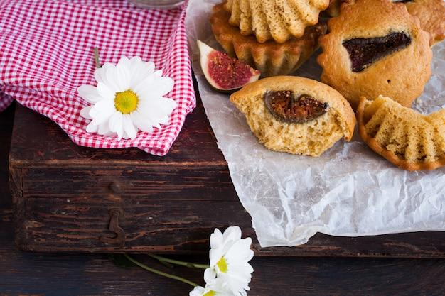 Muffins aux figues. pichet de fleurs.