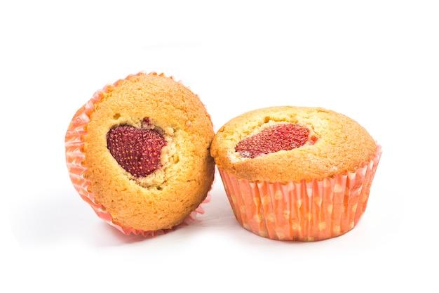 Muffins aux fraises sur fond blanc
