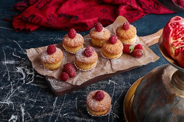 Muffins aux framboises sur le dessus.