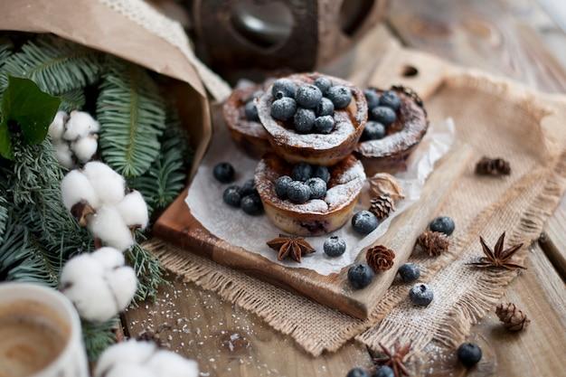 Muffins aux myrtilles sur un bois, bouquet de branches
