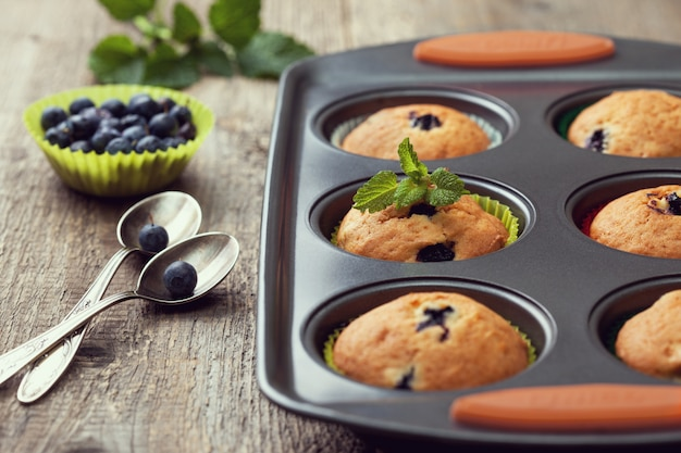 Muffins aux myrtilles dans le bac