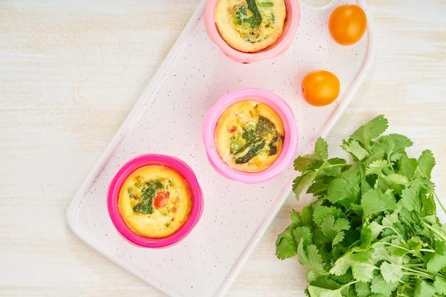 Muffins aux œufs, paléo, régime céto. omelette aux épinards, légumes, tomates
