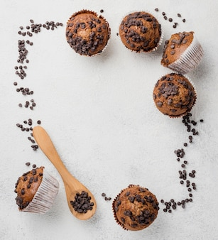 Muffins aux pépites de chocolat et cadre au chocolat