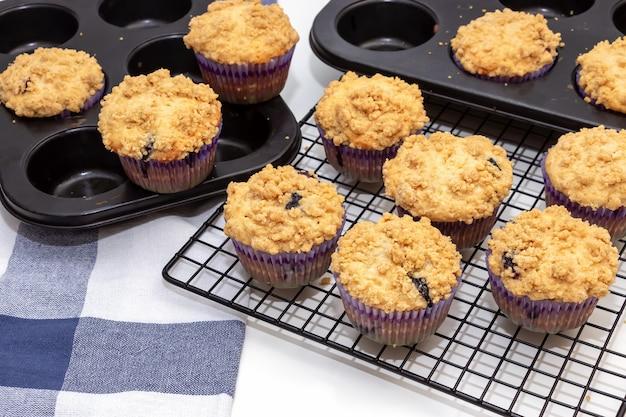 Muffins aux pommes et à l'avoine aux bleuets et à la grille de refroidissement.