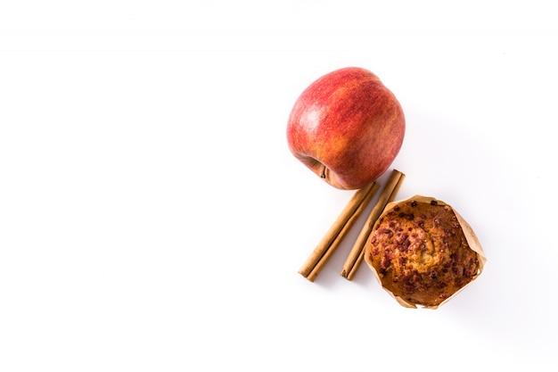 Muffins aux pommes et à la cannelle isolés