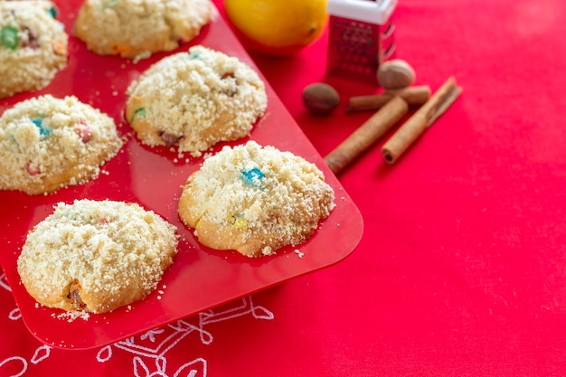 Muffins à la banane avec crumble dans un moule en silicone rouge concept de noël fond rouge mise au point sélective