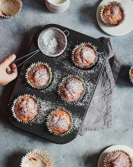 Muffins à la banane maison avec du sucre glace au yogourt grec