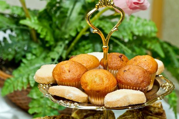 Muffins et biscuits sur le plateau