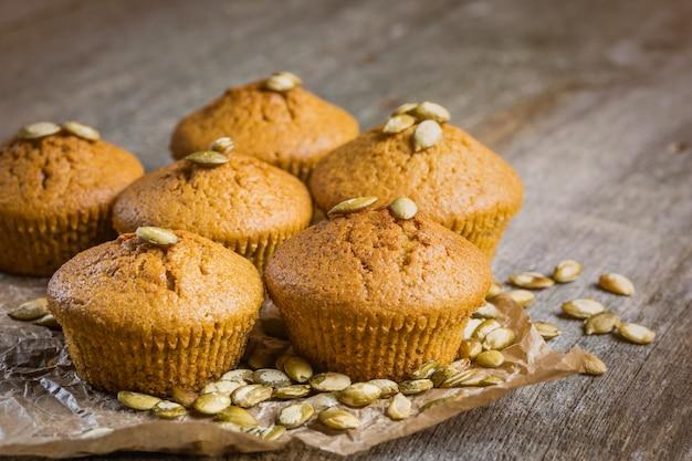 Muffins à la citrouille sur bois.