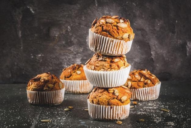 Muffins à la citrouille avec des épices traditionnelles d'automne sur une table de découpe en bois