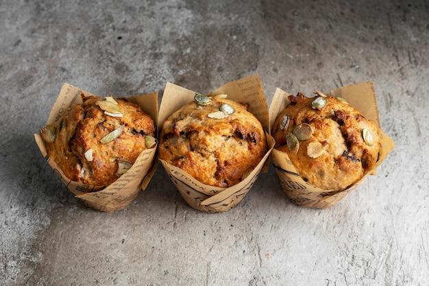Muffins à la citrouille sur un espace sombre, vue du dessus