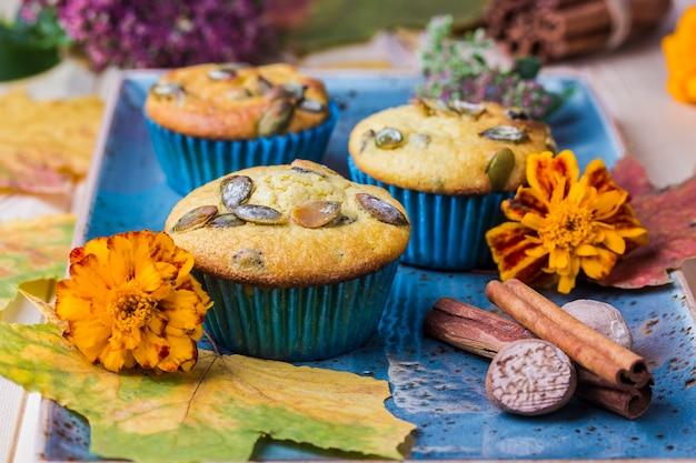 Muffins à la citrouille faits maison sur la table en bois