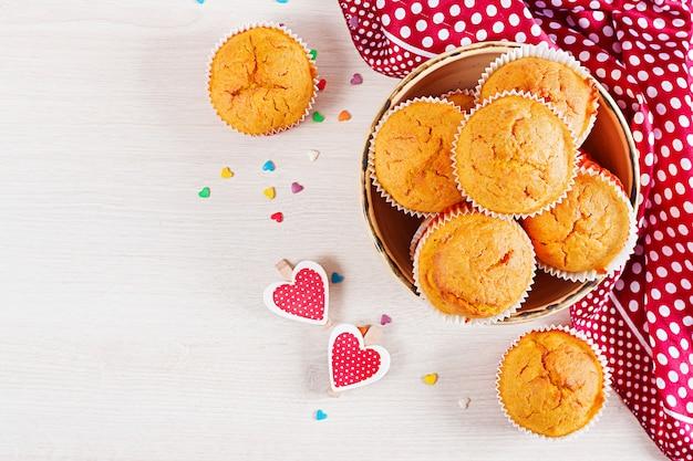 Muffins à la citrouille. petits gâteaux à la saint-valentin. lay plat. vue de dessus.