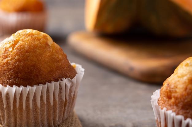Muffins à la citrouille sur table en bois rustique