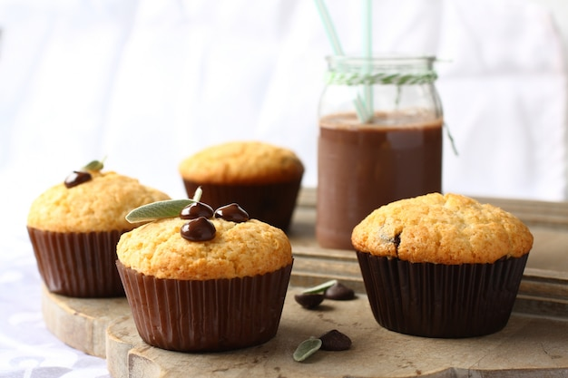 Muffins délicieux sans gluten faits maison avec des gouttes de chocolat sur une planche à découper en bois