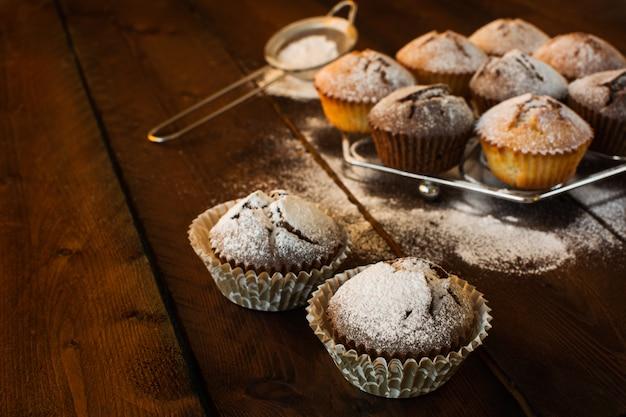 Muffins sur fond sombre