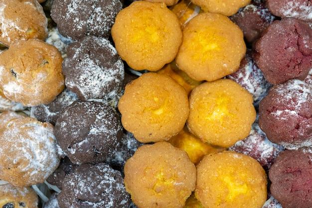 Muffins fraîchement cuits au four. vue de dessus.