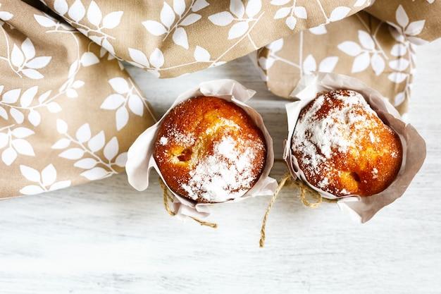 Muffins frais faits maison pour le petit-déjeuner