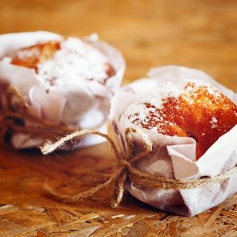 Muffins frais faits maison sur une table en bois